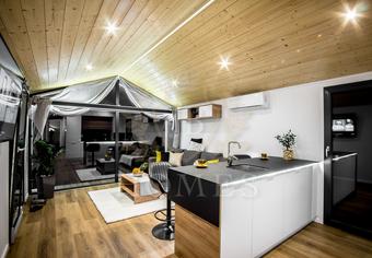 Salon z aneksem kuchennym w domku mobilnym